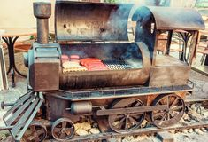 Гриль барбекю с мясом в форме старого локомотива пара Стоковая Фотография RF