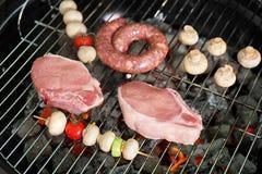 Гриль барбекю с сырым мясом и овощами Стоковое Изображение RF