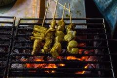 Гриль кальмара на горячей еде улицы угля стоковое фото