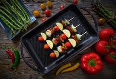 Гриль Brochette с цукини перца лука томата стоковые фотографии rf