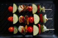 Гриль Brochette с цукини перца лука томата стоковые изображения