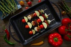 Гриль Brochette с цукини перца лука томата стоковое изображение rf