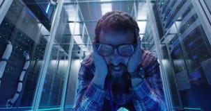 Гримасничая инженер ИТ в комнате сервера стоковое изображение
