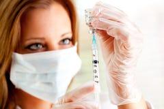 Грипп: Вводить иглу шприца в вакционную пробирку Стоковые Фото