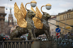 Грифоны подогнали мост банка львов в Санкт-Петербурге Стоковое Фото