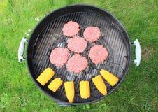 Гриль барбекю с бургером и стержнем кукурузного початка говядины Стоковое фото RF