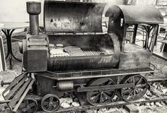 Гриль барбекю с мясом в форме старого локомотива пара, цвете Стоковые Изображения RF