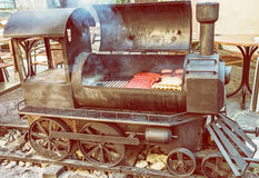 Гриль барбекю с мясом в форме старого локомотива пара, yello Стоковое фото RF