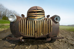Гриль старой винтажной ретро античной ржавея тележки фермы Стоковые Фото