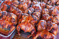 Гриль цыпленка в продовольственном рынке сельской местности, Таиланде стоковые фотографии rf