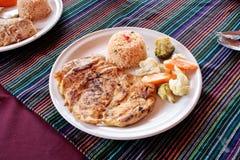 Гриль Chiken с мексиканским красным рисом стоковая фотография rf