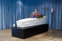Гроб в покойницкой стоковые изображения