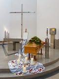 Гроб на церков перед похоронными услугами Стоковые Изображения