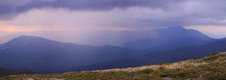 Гроза и гребень гор на предпосылке Стоковые Изображения