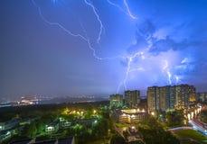 Гроза над современным городом на ноче стоковые фото