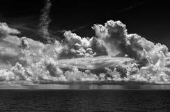 Гроза океана с ливневыми облака и дождем стоковое изображение