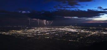 Гроза после сумрака над Альбукерке, Неш-Мексико Стоковая Фотография RF