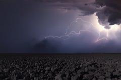Гроза с молнией в вспаханном поле Backgr грозы стоковые изображения