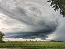 Гроза Supercell, строгая погода над сельскохозяйственным угодьем в Иллинойсе стоковое фото rf