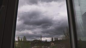 Грозовые облака летают в небо вне окна видеоматериал