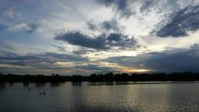 Грозовые облако промежутка времени над городом видеоматериал