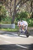 Гроссето, Италия - 9-ое мая 2014: Неработающий велосипедист с велосипедом во время спортивного соревнования стоковое изображение rf