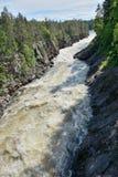 Грубое река с скачком скалистым побережьем стоковые фотографии rf