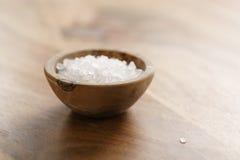 Грубое соль моря в деревянном шаре на таблице Стоковые Фотографии RF