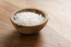 Грубое соль моря в деревянном шаре на таблице Стоковая Фотография