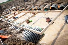 Грубое Mudder: Гонщики в Constrictor горжетки Obsticle Стоковое Изображение RF