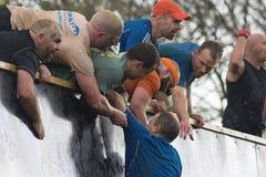 Грубое Mudders взбираясь Эверест Стоковое Изображение RF