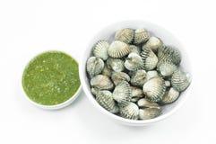 Грубо куколь с соусом морепродуктов окуная flavoursome на белизне стоковая фотография