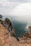 Грубые ландшафт с поблескивая водой и скалистый Стоковые Фото
