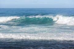 Грубые волны разбивая в океане Стоковая Фотография RF