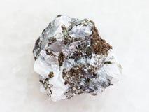 грубый камень сфалерита (сфалерита цинка) на белизне стоковая фотография rf