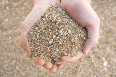 грубый песок пригорошни Стоковые Изображения RF