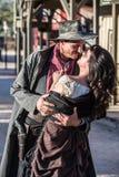 Грубый поцелуй человека и женщины стоковое фото