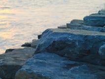 Грубый сизоватый серый камень вдоль реки стоковое фото