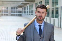 Грубый смотря мужчина держа бейсбольную биту стоковые фото