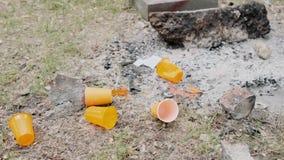 Грубый человек бросает вниз с оранжевой пластиковой чашки o видеоматериал