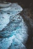 Грубый swash развевает берег блефа толчения крутой вулканический Trekking след между Ponto делает Sol и Cruzihna Santo Antao стоковые изображения rf
