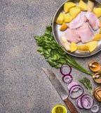 Грудь Турции с грушами и картошками на винтажном лотке с красным луком и травами с ножом для мяса и различных специй на gran Стоковое Фото