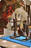Грузинская национальная чашка вызвала - «kantsi» и античный кинжал стоковые фото