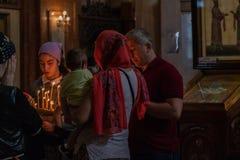 Грузинские верующие внутри правоверного собора святой троицы Тбилиси, стоковое изображение