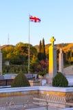 Грузинский флаг и перекрестная близко церковь святой троицы в Тбилиси, Georgia стоковые изображения