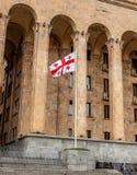 Грузинский флаг на предпосылке здания Стоковые Фотографии RF