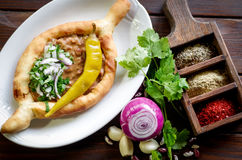 Грузинское национальное блюдо фасолей и зеленых цветов теста Стоковые Изображения