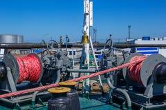 Грузите кабель зачаливания ` s на корабле на палубе стоковая фотография rf