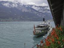 Грузите на озере Brienz и швейцарских горных вершинах около Интерлакена стоковое изображение rf