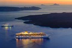 Грузите плавание в заход солнца, остров Santorini, Грецию, Европу стоковое фото rf